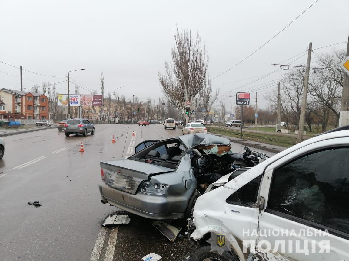 На Миколаївській дорозі Mitsubishi влетів у Mercedes / фото od.npu.gov.ua