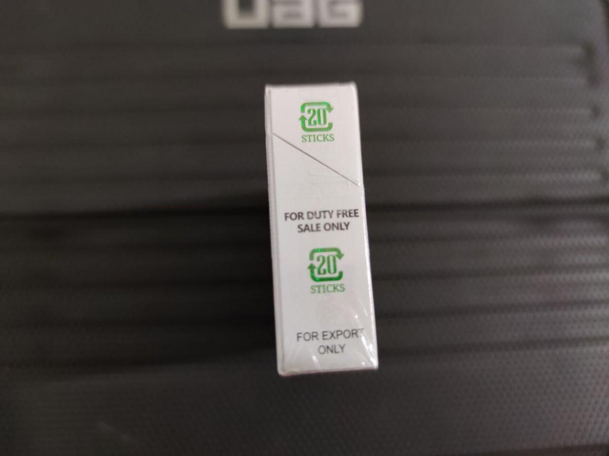 Верхня полиця в пивних магазинах Павлограду – місце для контрабанди. Напис на пачці -ForDutyFreeSaleOnly– означає, що такі сигарети можуть продаватися лише в аеропорту чи на державному кордоні