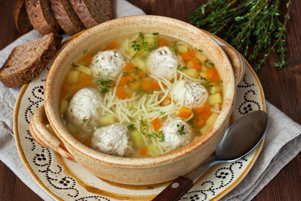 Суп з фрикадельками і вермішеллю / фото ua.depositphotos.com