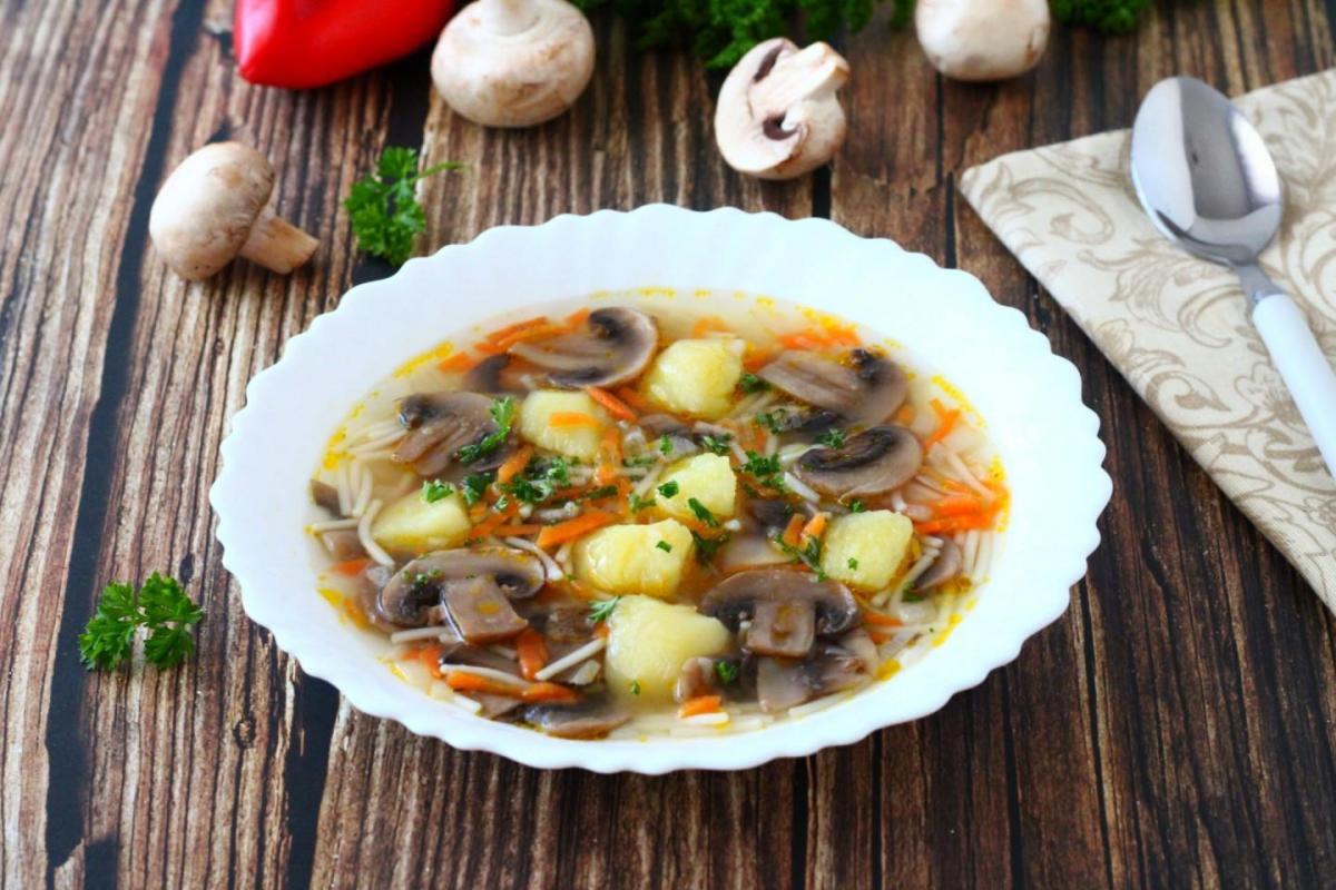 Грибний суп з вермішеллю / фото 1000.menu