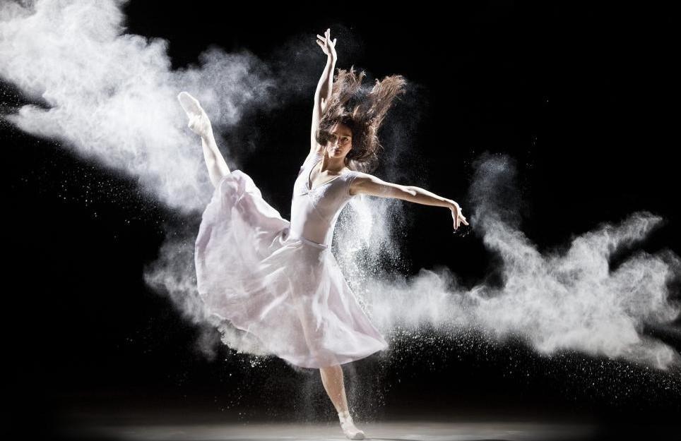 27 січня - День танцю зі своєю тінню / фото qz.com
