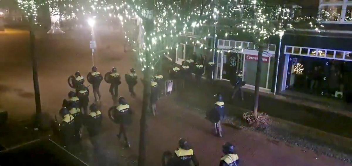 В Нидерландах вспыхнули антикарантинные бунты / REUTERS