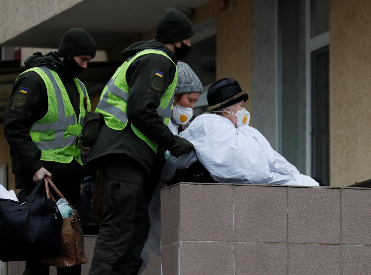 Украинцев с антителами к коронавирусу вакцинировать пока не будут / фото REUTERS