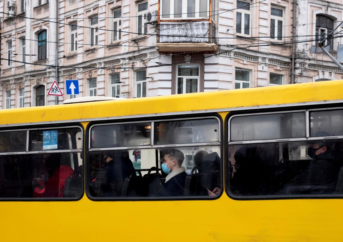 Во Львове транспорт переходит в режим спецперевозок / фото REUTERS