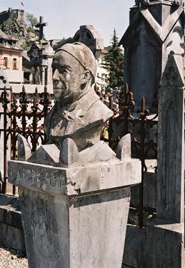 Могила сім'ї Субіру  примітна лише накінечником стріли, а перед нею – художник Луї Капдев'єль