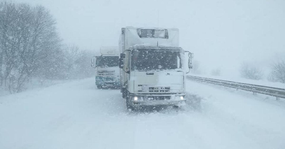 На многих дорогах запрещен проезд грузовиков \ фото mvs.gov.ua