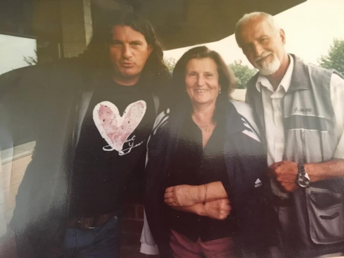 Кузьма любив гостювати у батьків і годинами розмовляти на кухні / фото з сімейного архіву