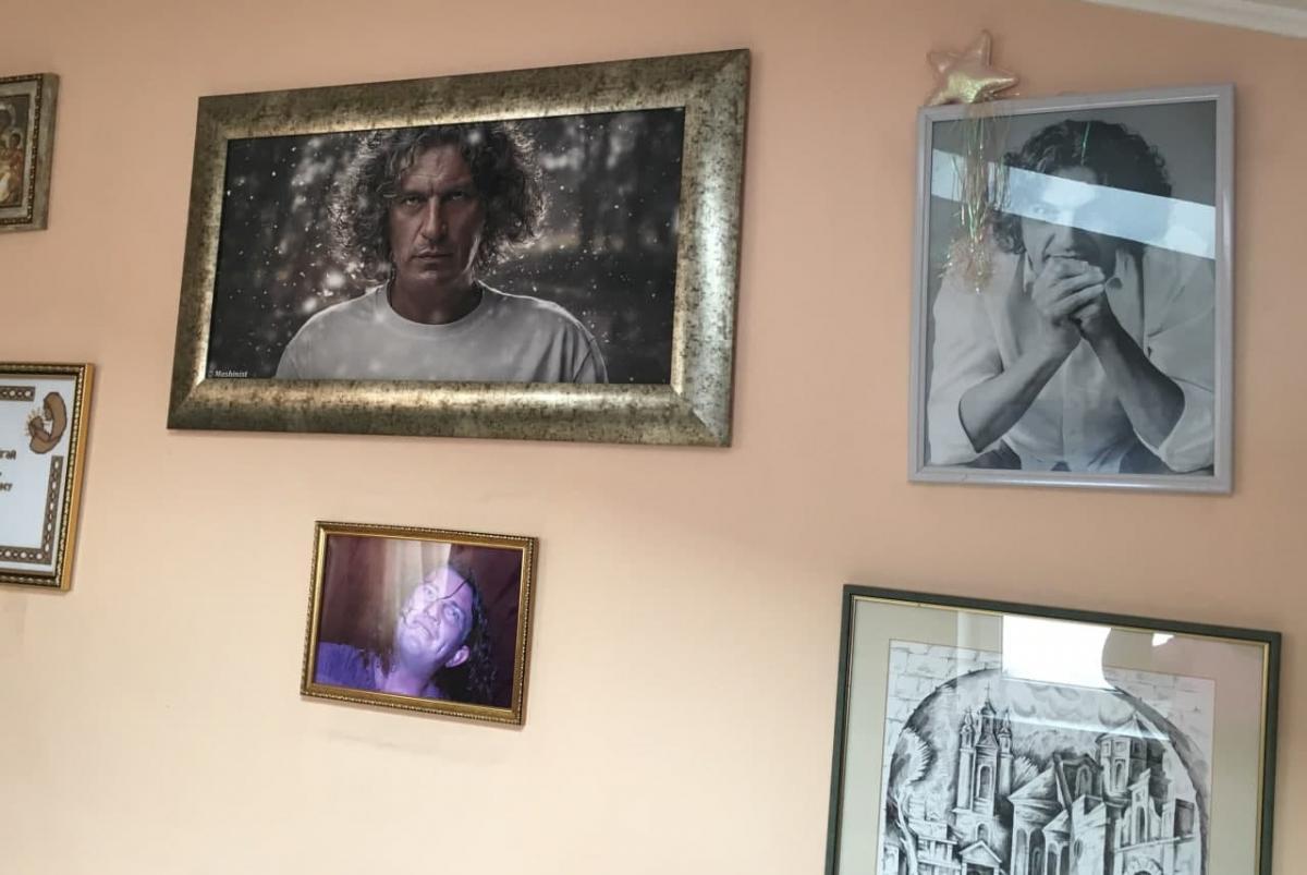 Стіни будинку Кузьменків увішані плакатами, афішами та портретами легендарного сина / фото з сімейного архіву