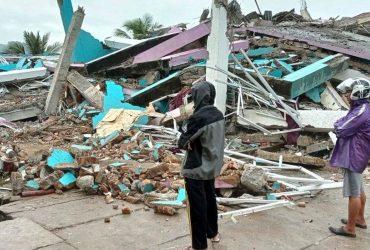 Катастрофическое землетрясение в Индонезии унесло жизни десятков людей (фото, видео)