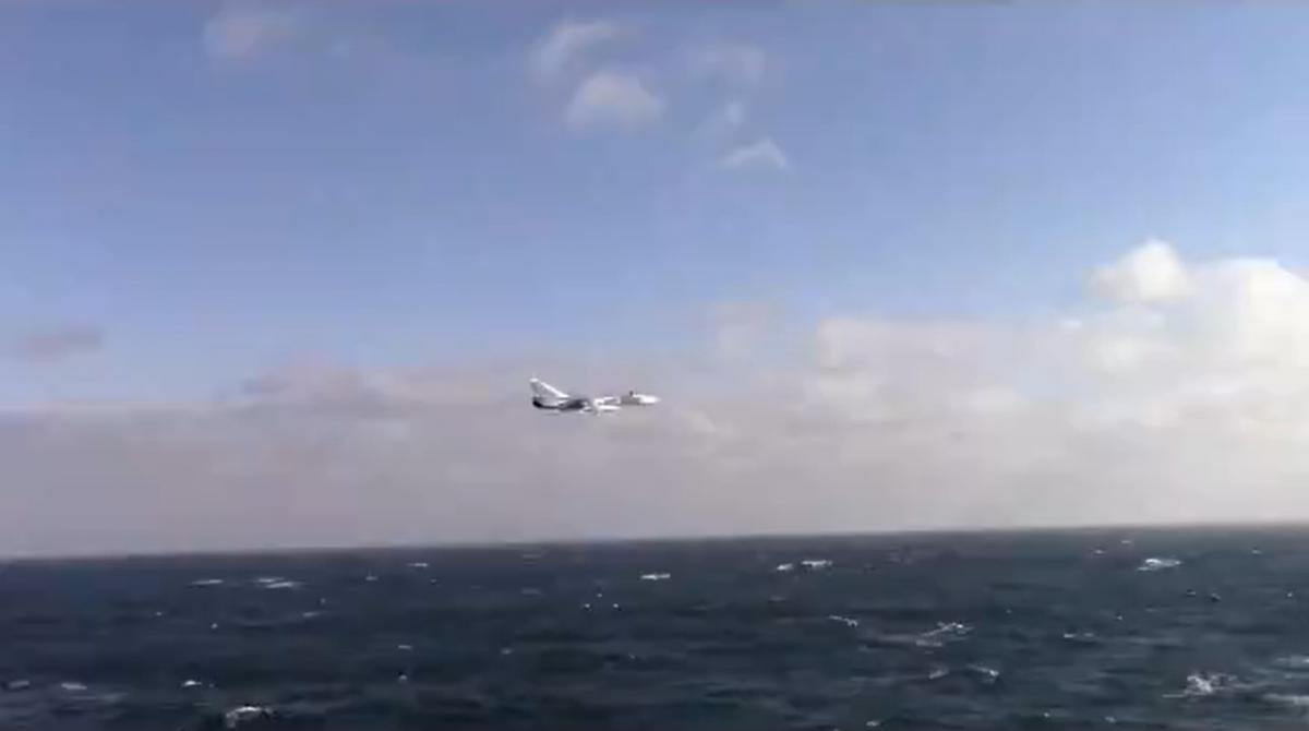 """Моряки """"Дональда Кука"""" сняли полет российского бомбардировщика/ Скриншот с видео"""