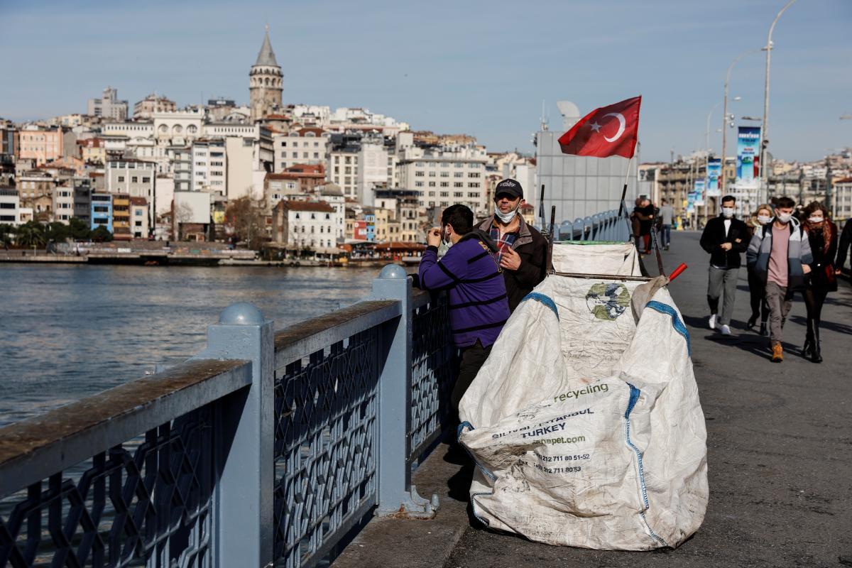 Самые строгие карантинные ограничения в Стамбуле туристов не касаются / фото REUTERS