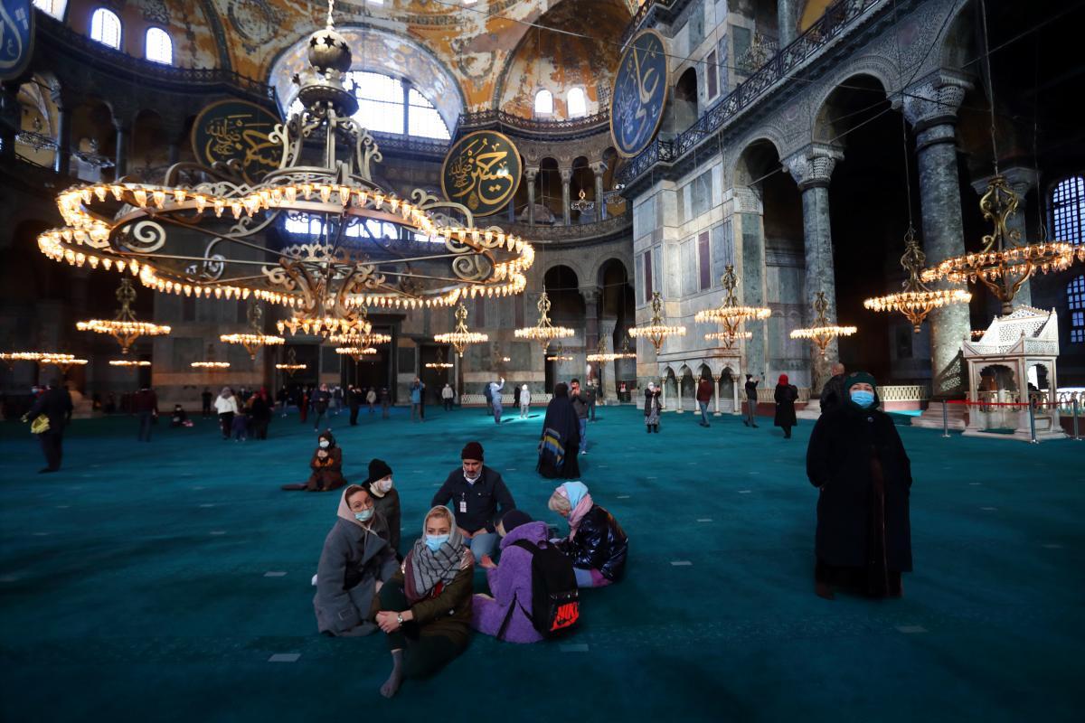 Мечеть Айя-София в Стамбуле открыта для туристов / фото REUTERS
