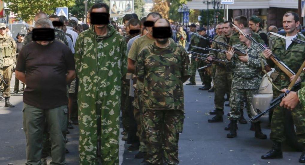 """Парад"" полонених у Донецьку / фото Reuters"