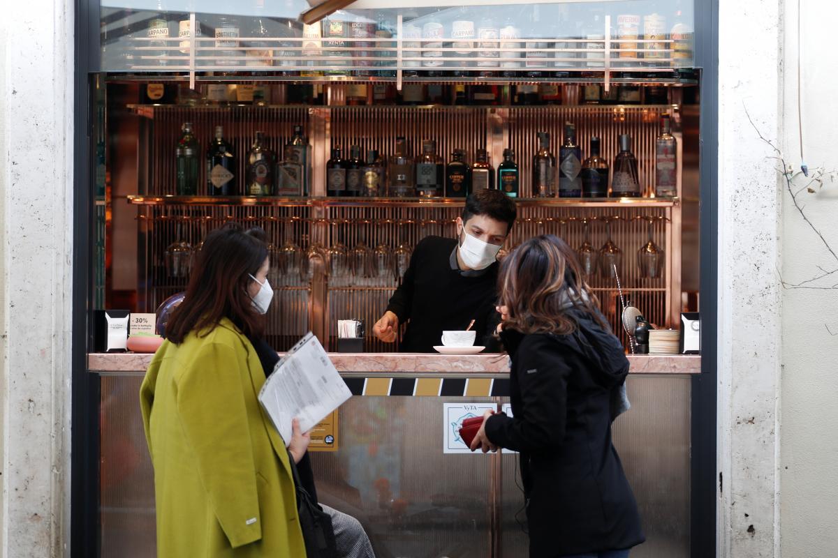 У трьох областях через спалах COVID-19 на тиждень зачинять кафе і ресторани / фото REUTERS