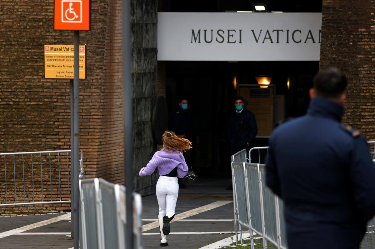 Эта девушка, вероятно, очень скучала по музеям / фото REUTERS