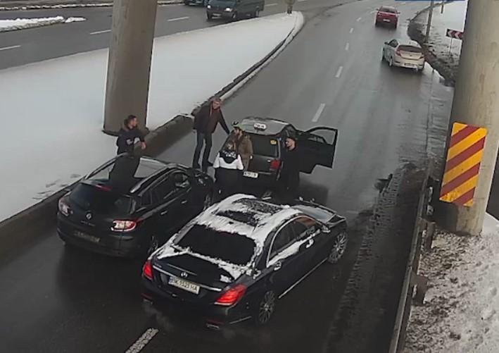 Патрульные разыскали и задержали предполагаемых нападавших / скриншот из видео