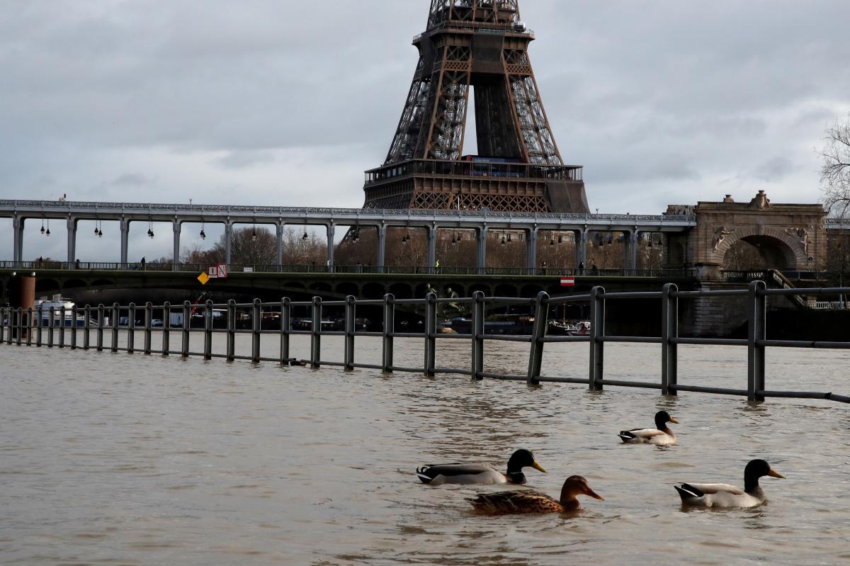 """В Париже объявили """"желтый"""" уровень опасности / Фото REUTERS"""