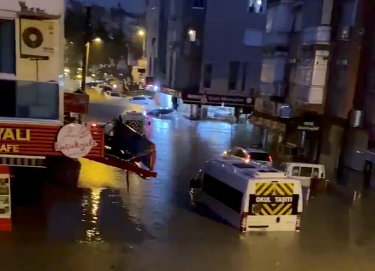 Турецкий город залило водой / Фото REUTERS