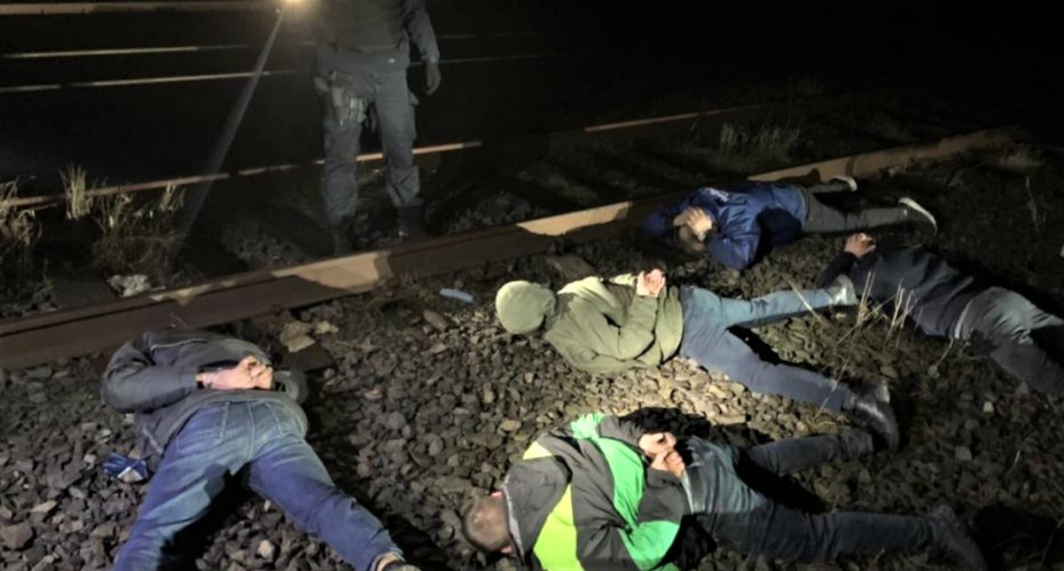 За сутки железнодорожники могли украсть до 2 тонн топлива / фото Закарпатская областная прокуратура