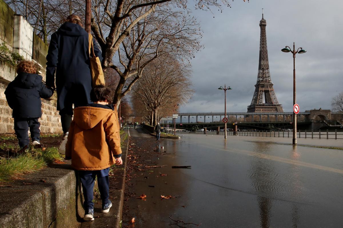 Ранее для жителей Франции действовало ограничение на передвижение в радиусе 10 километров от собственного дома /Иллюстрация REUTERS