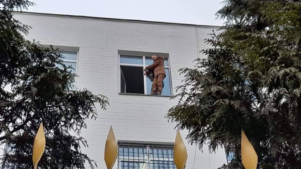 """Один из задержанных возле офиса телеканала """"Наш"""" взобрался на подоконник управления полиции / фото Дмитрия Хилюка, УНИАН"""