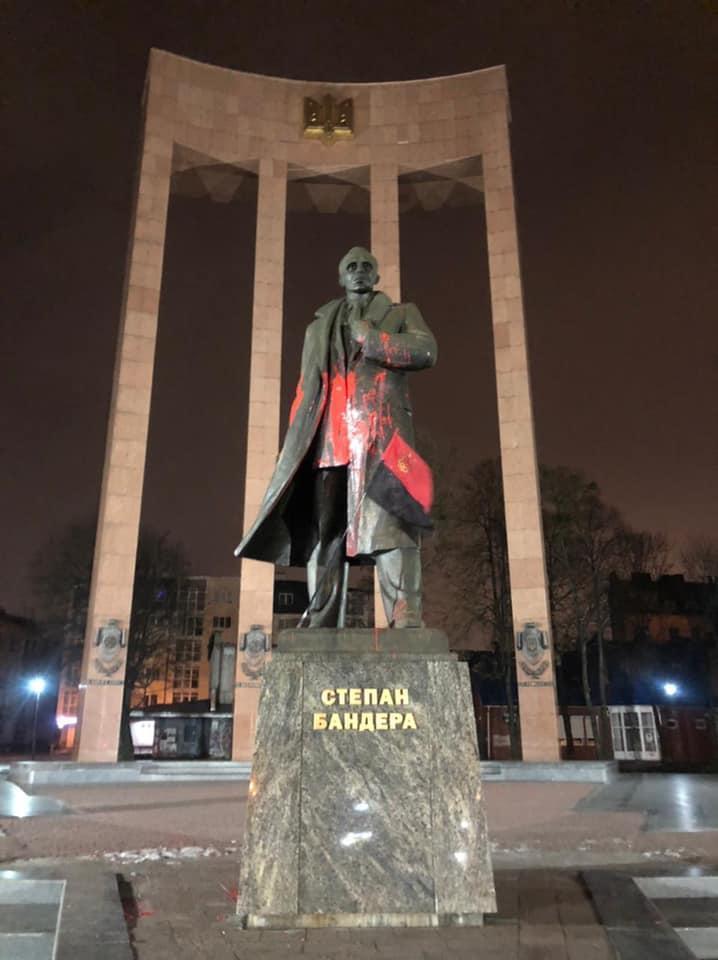 Памятник Бандере во Львове облили краской / фото facebook.com/andriy.moskalenko