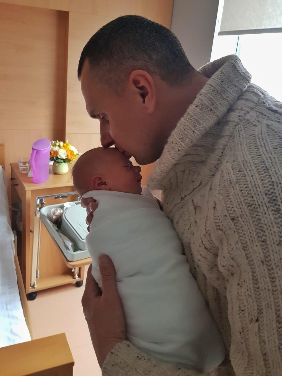Сенцов с новорожденной дочкой / фото facebook.com/oleg.sentsov