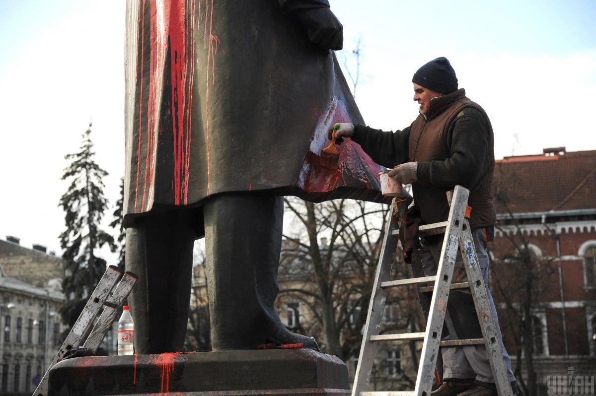 Облитый краской памятник / фото УНИАН, Николай Тис