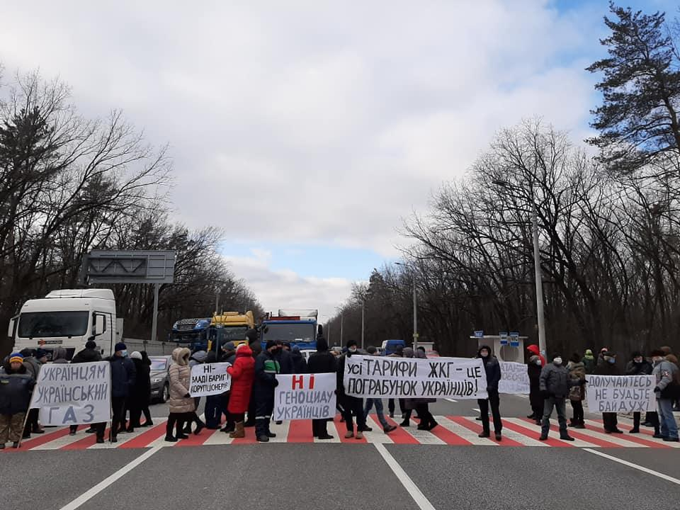 Митингующие перекрыли трассу в двух местах / фото Facebook Yuliya Petushynska
