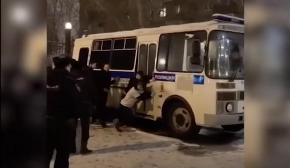 Поліцейські просто спостерігали за ситуацією / скріншот з відео