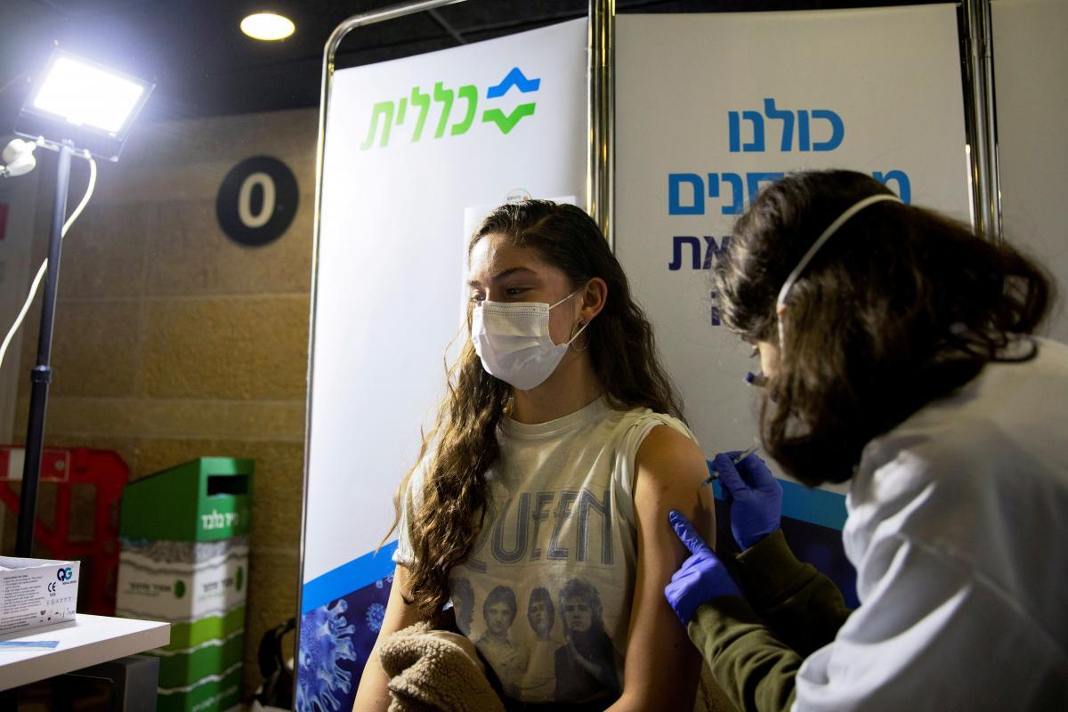 4 февраля Израиль первым в мире начал вакцинировать граждан от 16 лет / фото REUTERS