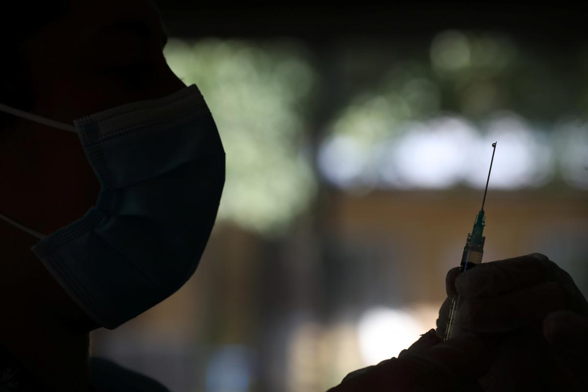 Ученые рассказали, когда имеющиеся вакцины от COVID-19 станут неэффективными / REUTERS