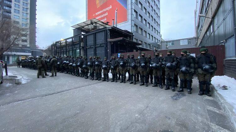 """Силовики возле телеканала """"Наш"""" / фото strana.ua"""