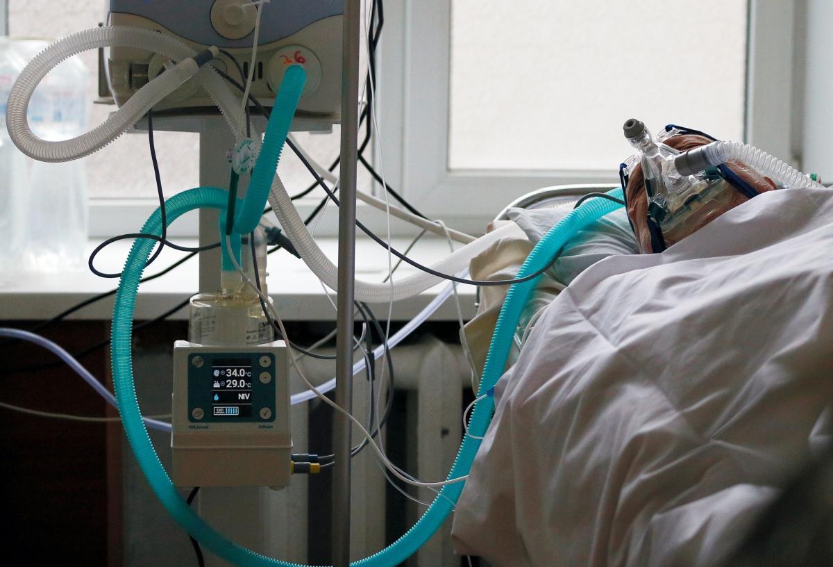 На Закарпатье загруженность коек больными COVID-19 превысила 50%, а в отдельных районах достигла 100% / фото REUTERS