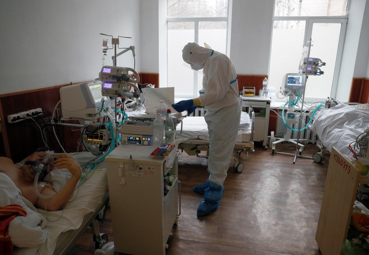 Ситуация с коронавирусом на Прикарпатье остается напряженной, растет количество инфицированных еще в двух областях / фото REUTERS