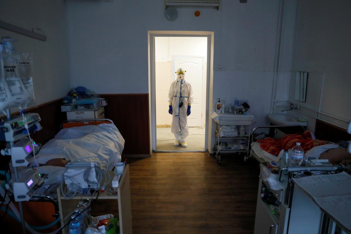 На прошлой неделе в Украине COVID-19 заболели почти на 6 тыс. больше человек, чем на позапрошлой/ фото REUTERS
