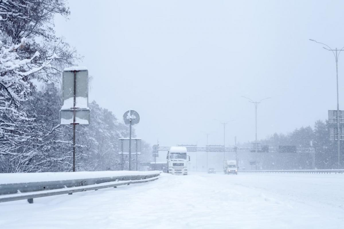 Киев ограничивает въезд крупногабаритного транспорта из-за сильного снегопада / фото КГГА