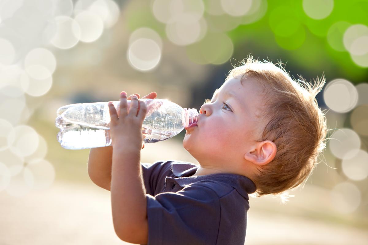 Правильным будет начинать день со стакана именно некипяченой, но слегка подогретой воды / фото ua.depositphotos.com