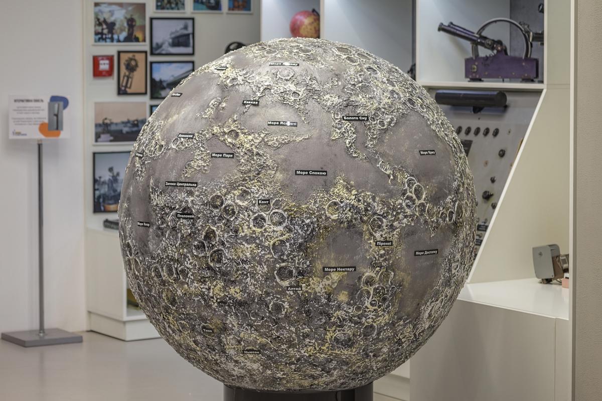 На великому сріблястому глобусі-макеті Місяця відвідувачі можуть вивчити деталі поверхні супутника Землі / Фото надані планетарієм