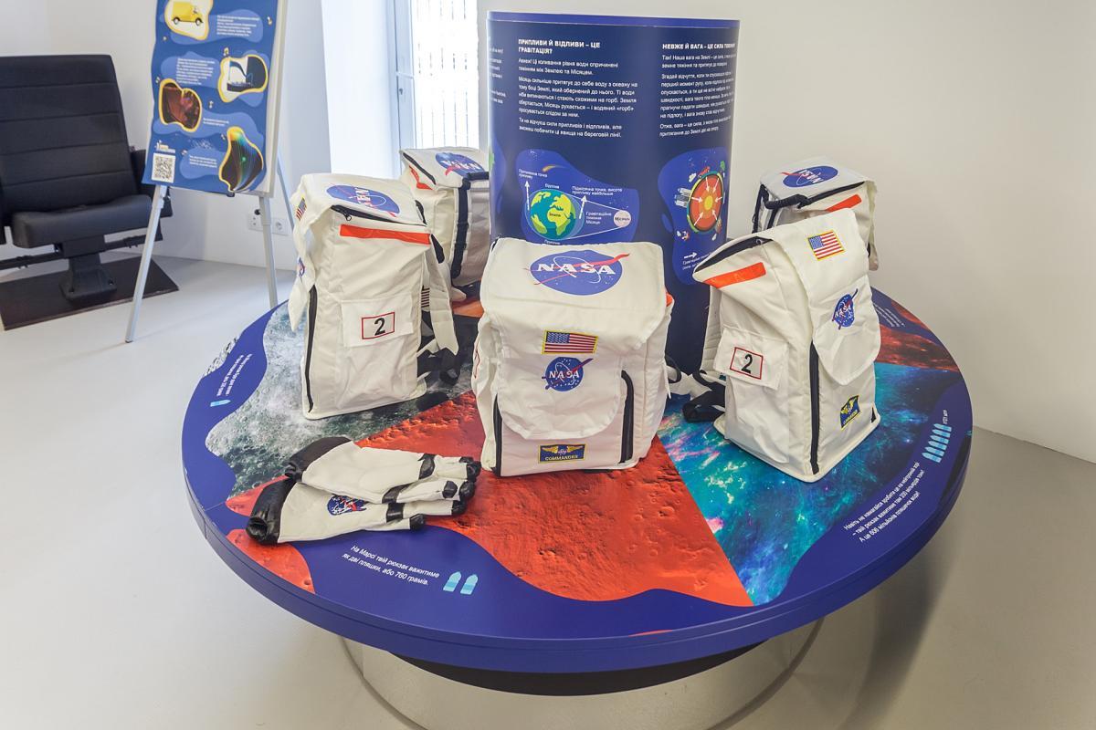 Надягнувши рюкзак, відвідувачі можуть відчути, скільки він важить на різних планетах Сонячної системи / Фото надані планетарієм