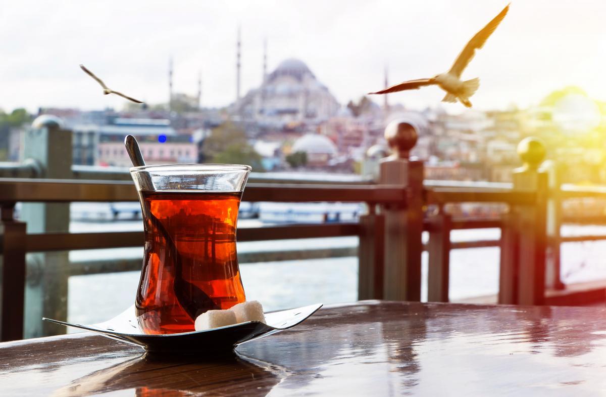 Житель Турции хотел заразить начальника коронавирусом через чай / / фото ua.depositphotos.com