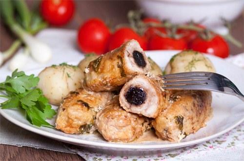 Мясной рулет с черносливом рецепт / фото menunedeli.ru