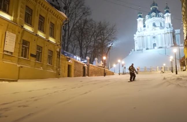 Сноубордисты в Киеве на Андреевском спуске / скриншот с видео
