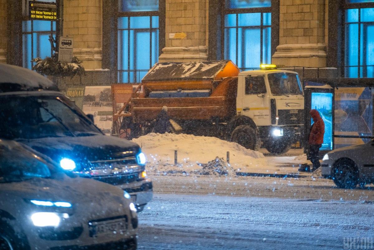 Дороги Киева расчищают от снега, но не везде / фото УНИАН