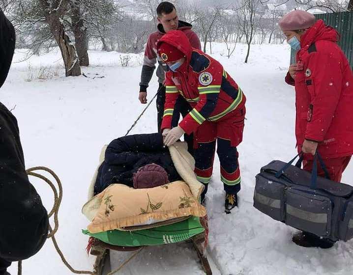 Медики везли пациентку с инфарктом в больницу на санях / фото facebook.com/emergency.lviv