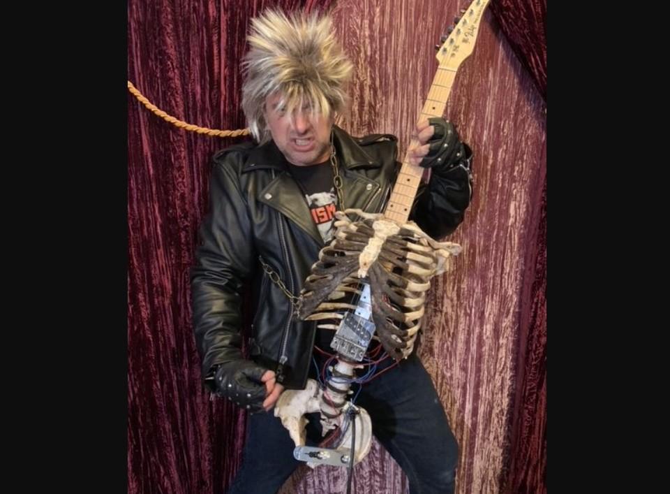 Металлист сделал гитару из своего родственника/ MetalSucks