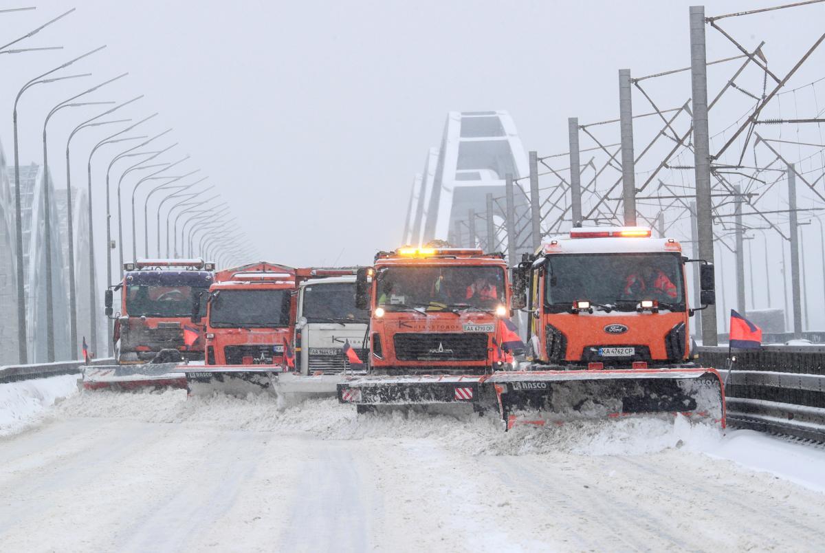 """В """"Укравтодорі"""" заявили про розчищення автошляхів загального користування / REUTERS"""