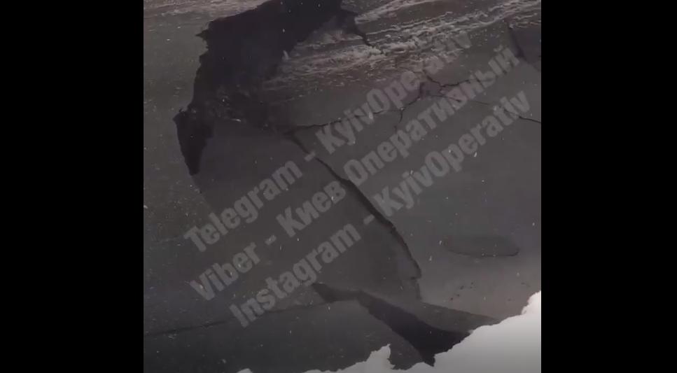 Огромный провал на дороге в Киеве / скриншот