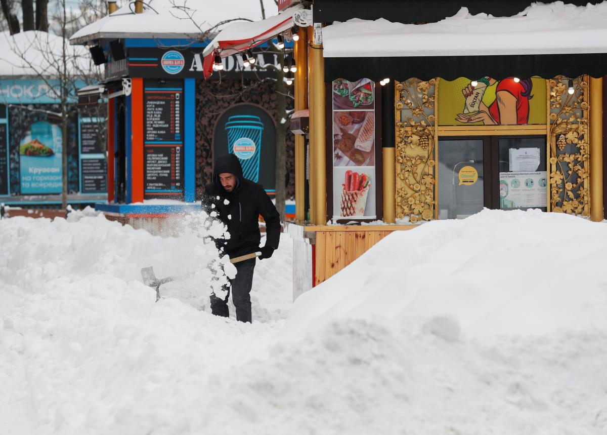 По всей стране выпало много снега / Фото REUTERS