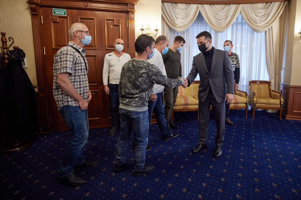Судно Stevia - освобожденные из плена пиратов моряки прибыли в Киев, их встретил президент / president.gov.ua